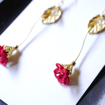 にしきのさんのタティングレースの赤色のお花のイヤリング