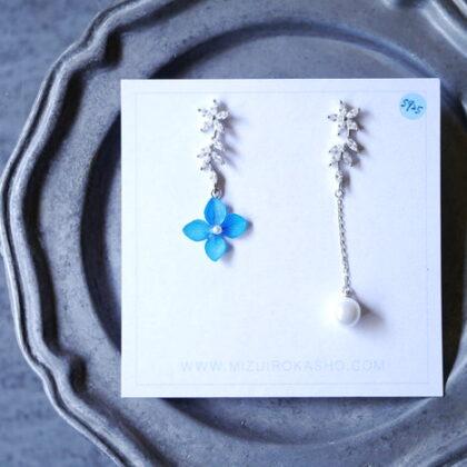 mizuirokashoのビジューと青いお花のピアス